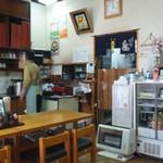 山屋 - 店内の奥は厨房