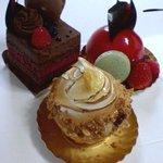 3668412 - 左上:ムースショコラ・エ・ルージュ、右上:木苺のムース、下:レモンパイ