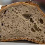 パネ・ポルチーニ - ライ麦全粒粉パンの断面