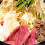 おじぎ屋 - 石鍋で出てくるもつ鍋は、味もインパクトも抜群!