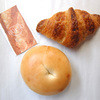 BOLSO - 料理写真:プレーンベーグルとクロワッサン