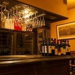 アル マンドリーノ - ワインセラーには珠玉のイタリアワインが鎮座