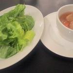 シャンデリア テーブル - ランチのグリーンサラダとスープ