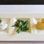 三四郎 - 今回は、個室利用の3500円のコースです(税サ別)。先付。タコの酢味噌がけ・菜の花のおひたし・スポンジ状の玉子焼き。                             ごま豆腐もあります。