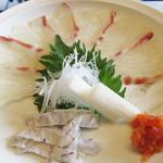 三四郎 - 鯛の薄造りがやってきました。                             よく寝かされてあり、しっとりとした味わいです。                             こちらの名物の鯛茶膳もきっと美味しいでしょうね。