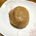 勝月堂 - 淡い色の小ぶりな温泉饅頭ですね