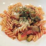 リトル トレジャー チェスト - 季節の野菜たっぷりトマトソースパスタ
