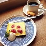 ロヴァニエミ - いちごのチーズプディング☆ やっと行けた憧れのカフェ(◍˃̵͈̑ᴗ˂̵͈̑) チーズプディングは絶品。 豆灯のビターブレンドも好みの味で大満足でした。