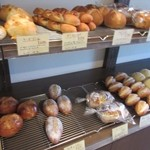 ブロートアレー - 午前中にお伺いしたんで店内にはまだ焼きたてのパンがたくさん並んでました。