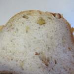 ブロートアレー - 天然酵母のパン生地の中に香ばしいくるみを練りこんだパン、次の日の朝食にただきました。
