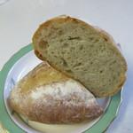 ブロートアレー - 生地にりんごを練り込んだもっちり食感のパン紅茶の香りがするハード系のパンです。