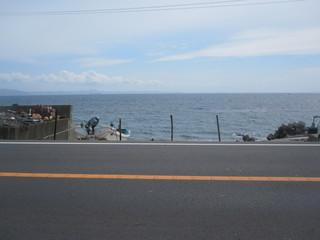 溶岩窯パン工房 ブロートバウム - お店の前は海