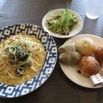 サンマルクパスタ - サラダ(上) ベーコンとほうれん草のチーズパスタ(左) シュガーバターフランス(皿・上)  よもぎロール(皿・左) コーングリッツ(皿・右)  レーズンロール(皿・下)