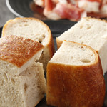 赤坂あじる亭 L'epice - 毎日の仕事始めはパンの仕込み。スパイスを練り込んだパンドエピス
