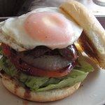 GRAB HAPPINESS DINER  - ステーキの入った「BBQバーガー」に目玉焼きのトッピング!