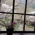 36742427 - 窓から見える景色。
