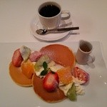 36747758 - 『果物屋さんのホットケーキセット(コーヒー又は紅茶付)』(1100円)~♪(^o^)丿