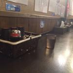 武蔵坊 - 店内。一番奥のカウンターより撮影。