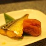 """銀座魚勝 - お通し""""燻製炙り鯖と梅干"""""""