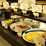 銀座魚勝 - おばんざいは大皿から選べます