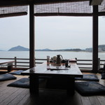 魚庄 - 店内に入ると正面に海を眺めながら食事の出来る最高のロケーションとなってました。