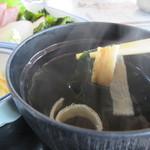魚庄 - 定食の汁椀はワカメのお吸い物先ずはこれを口に運びました、魚の出汁が良く効いたお吸い物に仕上がってます。