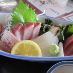魚庄 - そしてメインの刺身盛り、お皿いっぱいの新鮮な魚の刺身です。