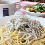 Trattoria Fonte - お得なランチセット「鎌倉シラスのスパゲッティと鎌倉野菜のサラダのセット」スパゲッティの味付けには「鵠沼魚醤」をつかっています!
