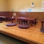 まーくん - 左手は、小上がりになっており、テーブルが3卓ありますが、掘りごたつではありません