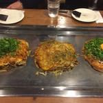 お好み焼 長田屋 - 左から牡蠣入りお好み焼・肉玉エビチーズ・長田屋焼