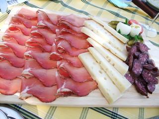 三輪亭 - スペックとチーズ・サラミの盛り合わせ