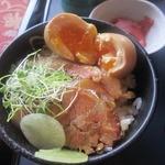 コマカントリークラブ - チャーシュー丼に煮タマゴライドオン!