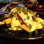 YAKITORI 鳥じん - 水茄子 とうもろこし スモークチキンのサラダ 大葉風味のオニオンドレッシング