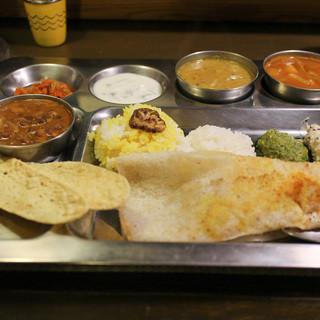南インド家庭料理 カルナータカー - 料理写真:カレー3種類と付け合わせ&ドーサ&ライス付き☆