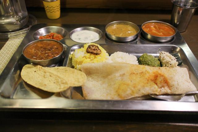 南インド家庭料理 カルナータカー - カレー3種類と付け合わせ&ドーサ&ライス付き☆