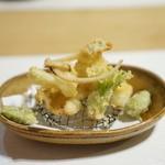 ひろ作 - 穴子・野蒜・たらの芽・空豆の天ぷら