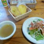 ウッディ ハート - コンソメスープとパンとサーモンのカルパッチョ