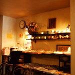 珈琲店 北地蔵 - パンや陶器販売コーナー