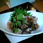 地鶏Bar 十三夜 - とり胸肉のたたきと葉わさびの和え物