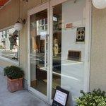 パティスリー フランセーズ オーレリー - 白い壁のお店
