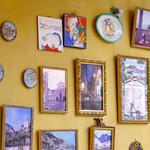 ナポリ、アマルフィ料理 Ti picchio - イエローを基調とした店内。壁には写真や絵皿などがところ狭しとディスプレイされている