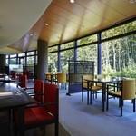 日本料理 彩 - 落ち着いた竹林の庭を眺めるモダンな空間