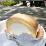 道の駅 松浦海のふるさと館 - プレミアムロールケーキ ¥180。多分、白十字パーラーさんのものでしょうね。他のケーキは120円前後でしたので、名前のとおり「プレミアム」なようです。