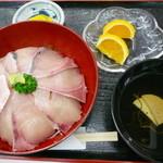 道の駅 松浦海のふるさと館 - ぶり丼大盛り定食¥600。「大盛り」といっても、女性でもいけそうな控えめな量です。