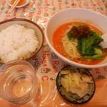 一心軒 - 担々麺(ご飯・漬物付き)800円