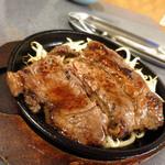 テンコウ 居食屋 - 名物のステーキ