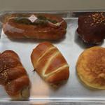 テクノパン - 左上から時計回りにホットドッグ、ショコラ・オランジェット、テクノメロンパン、みそカツパン、ハーブウインナー