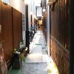 Cham - 入口りの細い路地