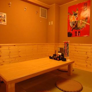 ほっとリラックスできる、木の温もりあふれる個室