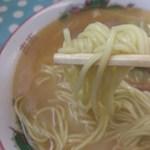 栄軒 - 麺はストレートの中細麺